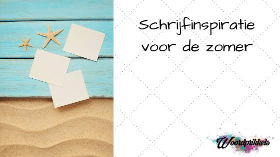 Afbeelding met strand met lege briefjes en zeesterren en tekst schrijfinspiratie voor de zomer
