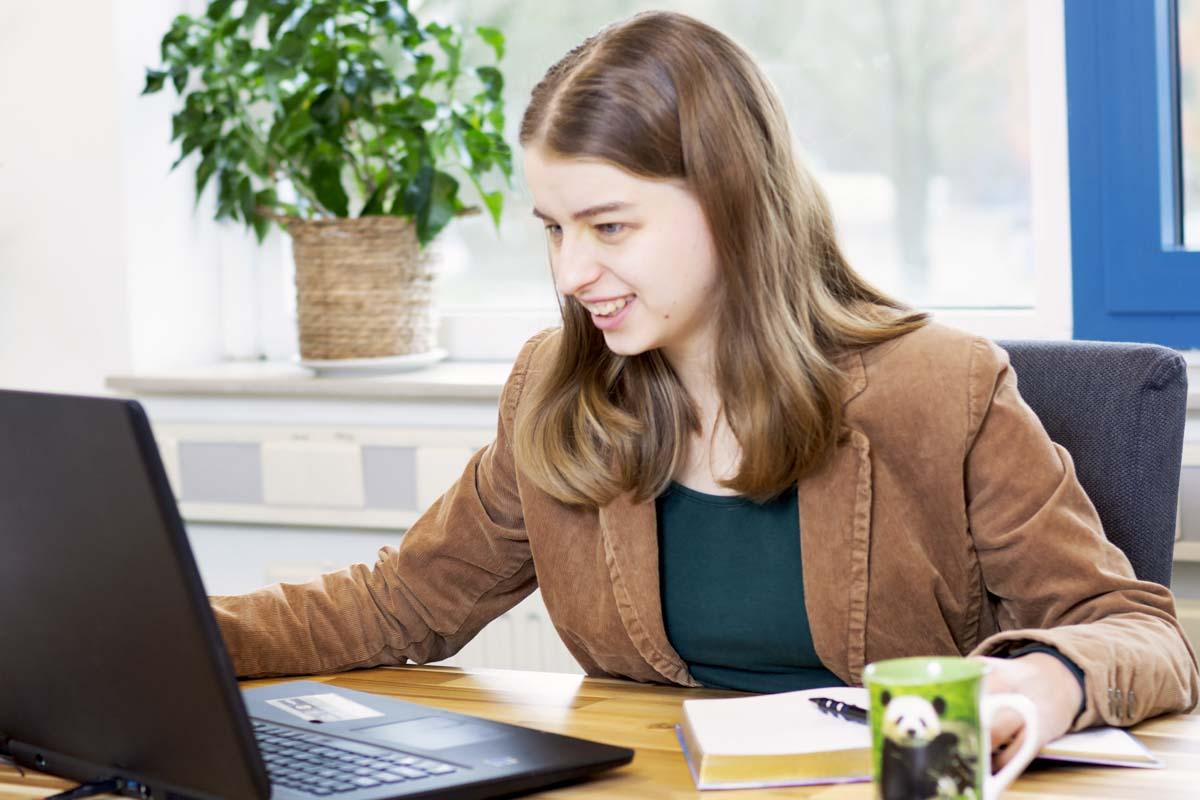 Marrit kijkt naar laptop