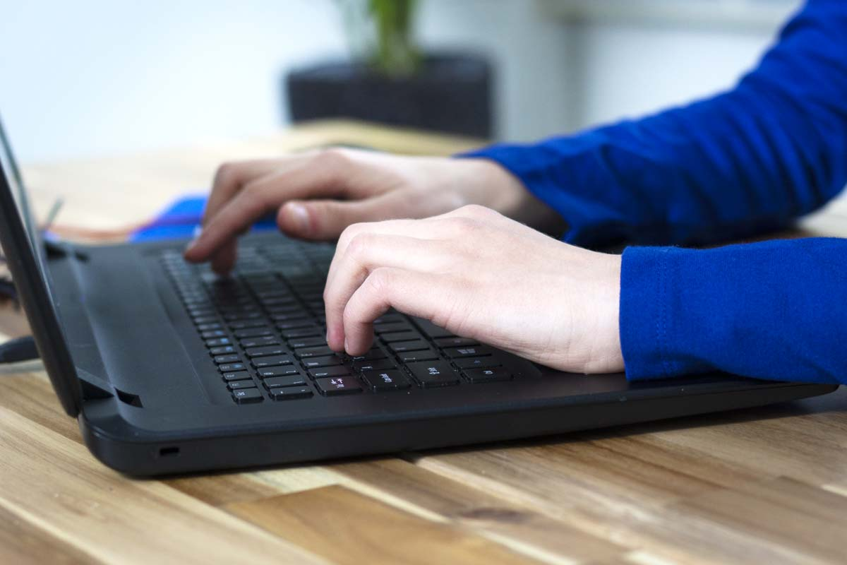 Handen op toetsenbord
